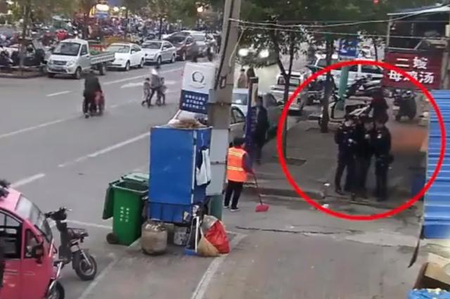 50岁民警狂追1公里累瘫逃犯:让他先跑 等没力气我再抓