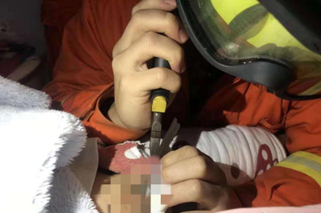 """武汉5岁男童下体被拉链卡住 消防员紧急""""破拆"""""""