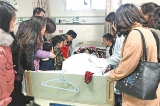 武汉一6岁女孩3根手指被绞断 幼儿园小朋友送来善款