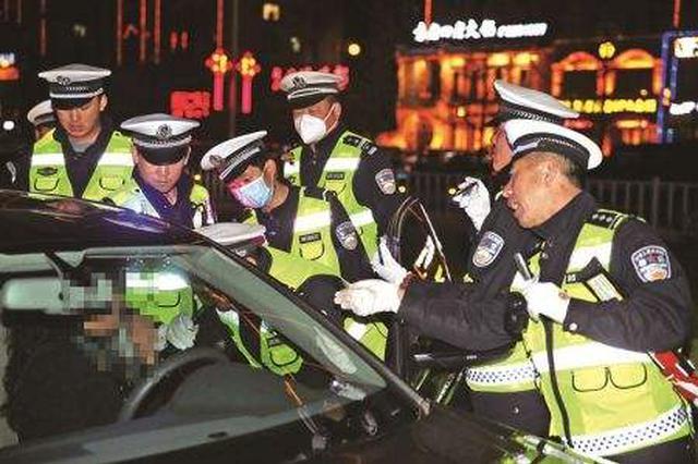 武汉交警全城出动布设65处查缉岗 49名酒司机被查处