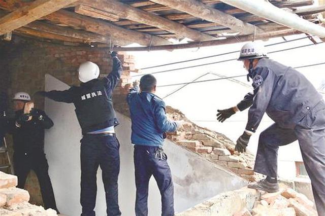 为获更多拆迁补偿 村民违建竟用千斤顶托起房顶加层