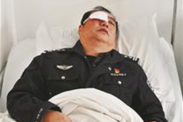 湖北55岁民警不惧利刃威胁 血流满面仍奋勇制服凶徒