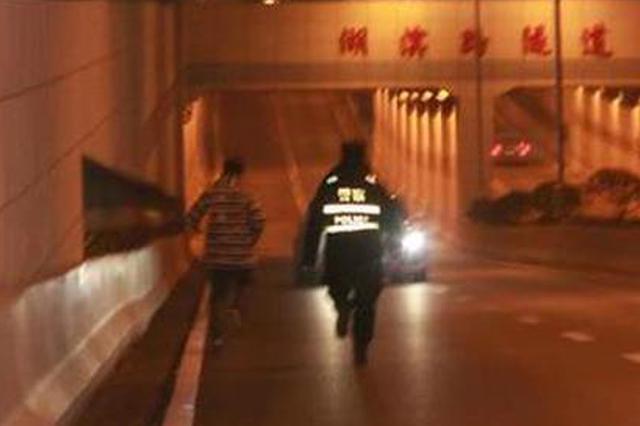 黄石一男子酒驾遇交警查车 抛妻弃车狂奔2公里