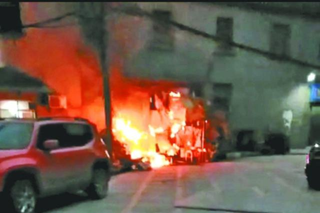 汉口一小巷内突发火灾 10多位邻居穿秋衣裤提水灭火