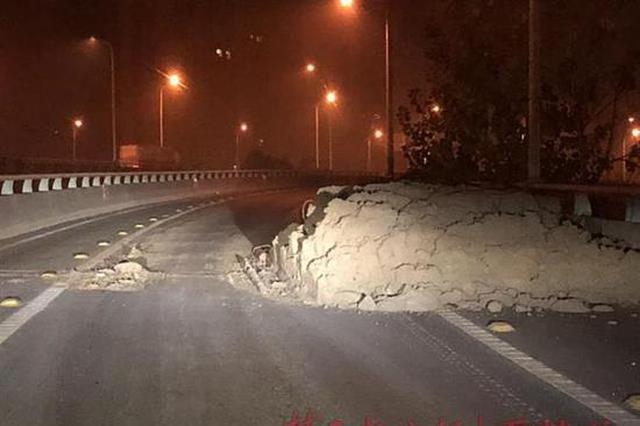 武汉一上桥匝道突然冒出一堆渣土 男子驾车险撞上