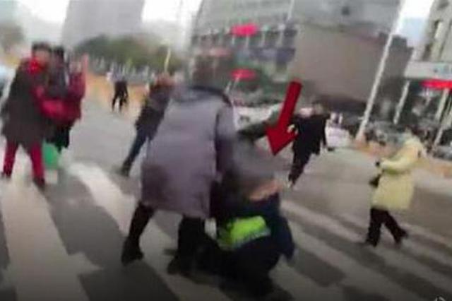 武汉一司机路边违停被开罚单 要求撤销不成殴打交警