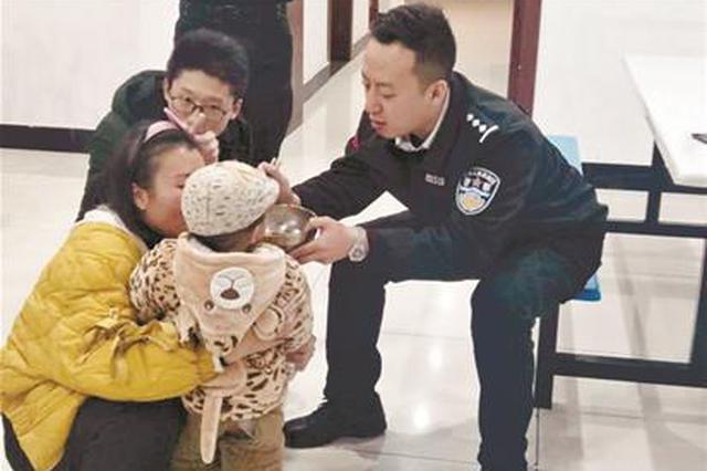 2岁男童寒夜走丢在利川街头 民警发微信帮他找到妈