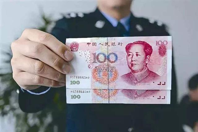 交警查无牌摩托车发现13张崭新百元大钞 编码全一样