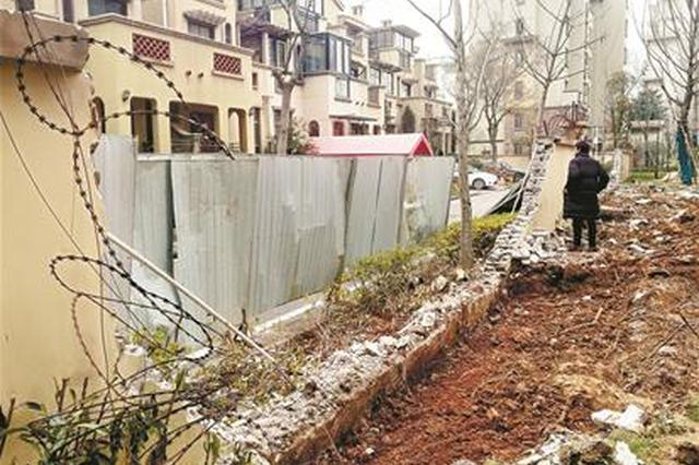 武汉一别墅区围墙凌晨1点被拆 物业称做消防通道