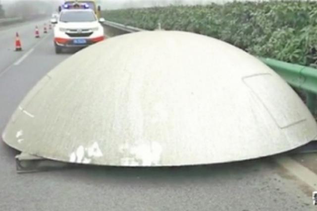 """湖北高速上有个一吨重的""""锅"""" 掉锅的司机还不知道"""