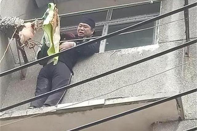"""宜昌5旬大妈挂在4楼窗外 民警""""母亲抱""""合力救人"""