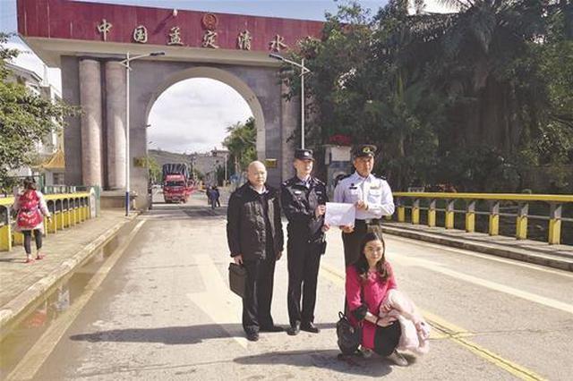 女子在中国12年无法结婚 民警送其回国办护照