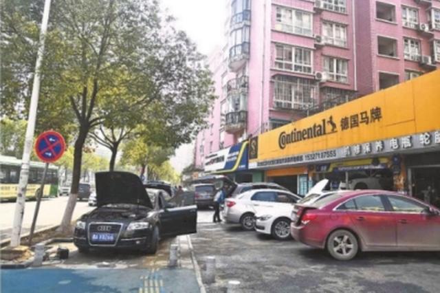 街头汽修店把人行道当修车间 行人和公交行路难