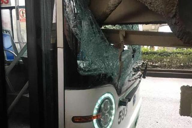 图为公交车车头与水泥搅拌车车尾撞到一起场面。