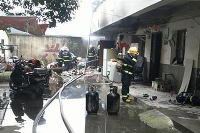 险!宜昌两孩子玩火致楼房失火 险些引爆5个煤气罐