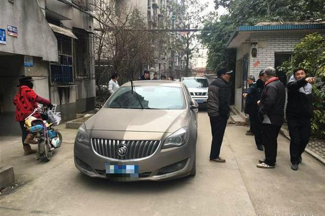 男子在小院唯一进出口停车 居民被堵超过6个小时