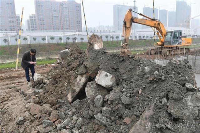 工地施工挖出多块凿痕条石 当地拟联系文物部门调查