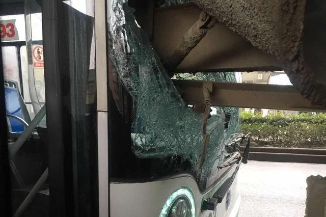 武汉一公交车与搅拌车相撞 一名孩子被碎玻璃划伤