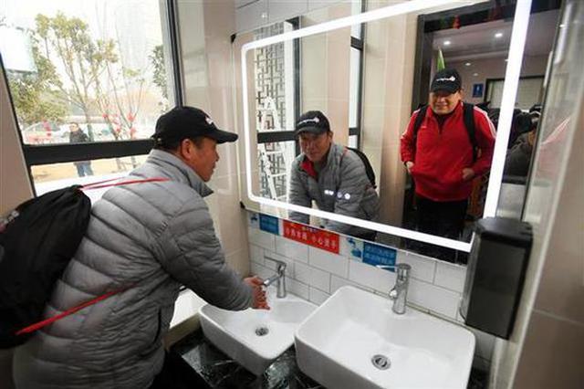 武汉最智慧公厕投用 内设免费WiFi有人蹲一个多小时