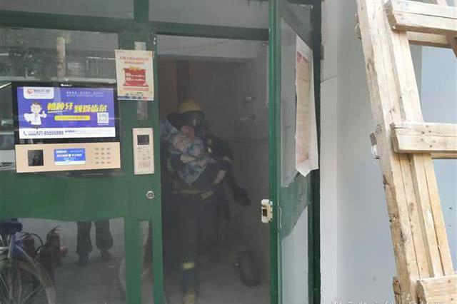 八旬老人煲汤引发火灾 消防员在浓烟中营救疏散6人