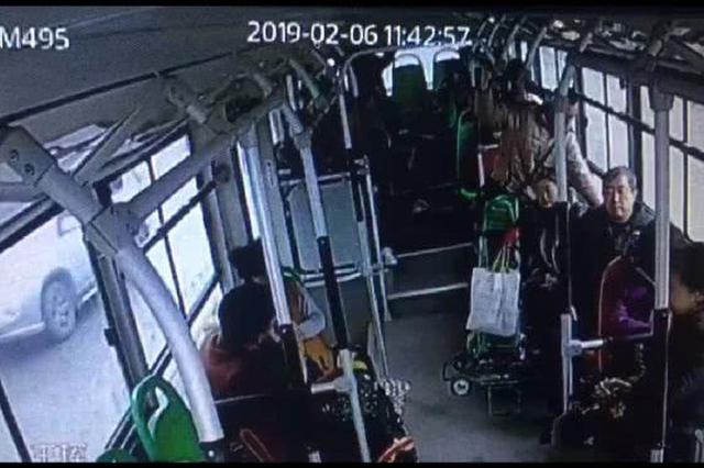 武汉男子公交上盗窃被逮现形 三次跳窗被众人拽回