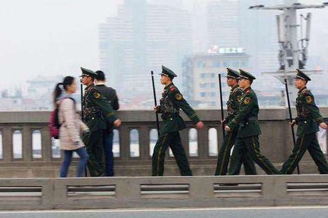 长江大桥交警平均每天接300名游客问路 风雪中巡逻