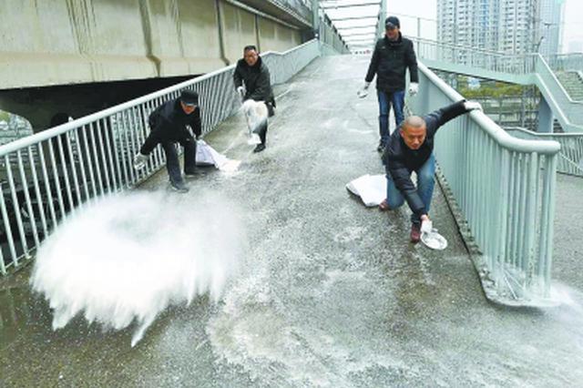 武汉1.8万人次24时融雪防冻 300吨融雪剂保高速平安