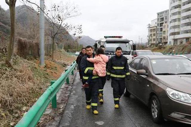 女童高烧堵在结冰高速 消防员抱着一路徒步送医