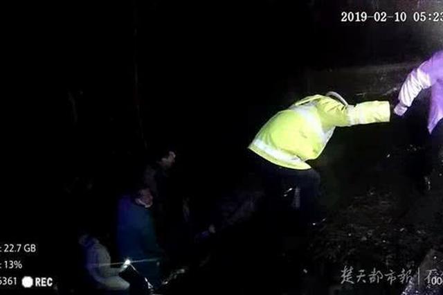 高速遇堵车男子下车如厕 一不小心掉进涵洞