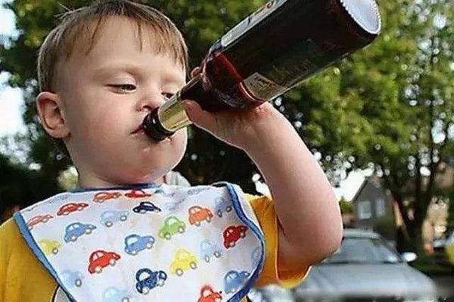 爸爸倒酒锻炼13岁儿子酒量 二两白酒下肚后神志不清