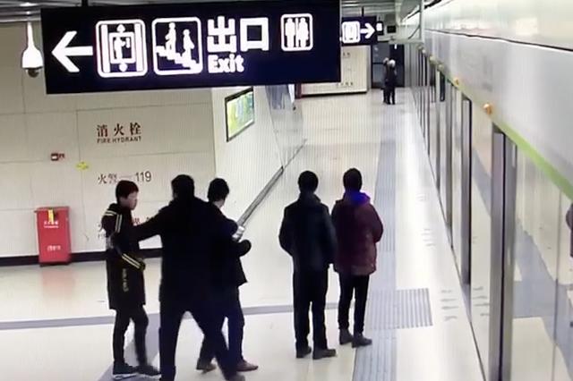 武汉小伙等地铁把一家人排得整整齐齐 顺序都不许错