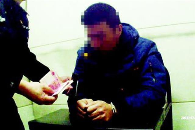 女子乘火车钱被盗 乘警从对面乘客袜子里搜出1300元