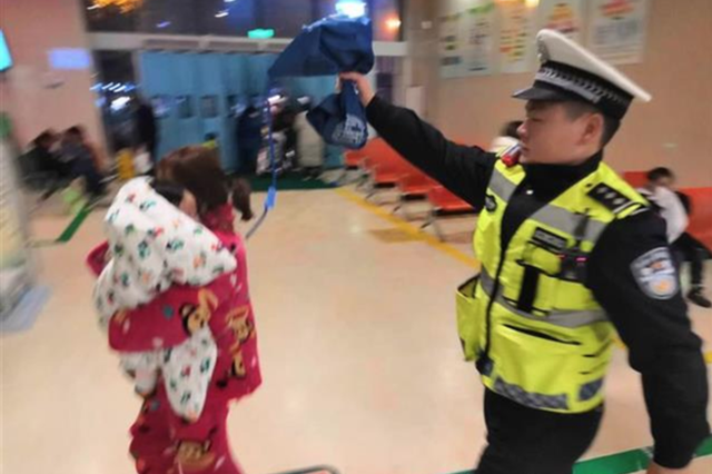 武汉交警雨夜警车开道护送患儿就医 沿途喊话不停