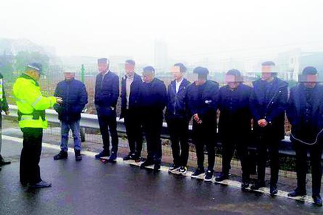 武汉一面包车夺路狂奔上高速 一查发现超员100%