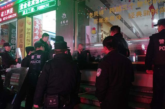男子持刀挟持人质欲索钱财治病 警方空手夺刀将其制服