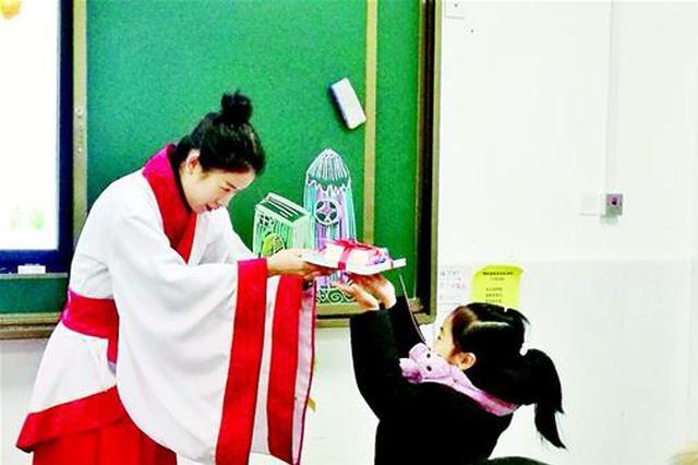 武汉市中小学学生回校报道 开学第一天校园欢乐多
