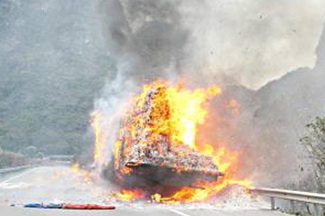快递大货车燃起大火 警车带着消防车疾驰10公里灭火