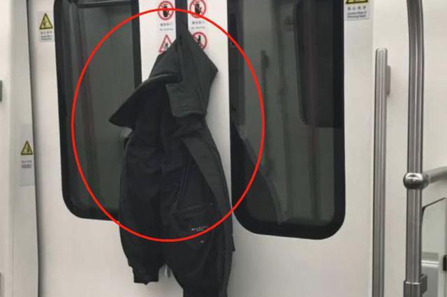 男子抢上地铁被门夹了11站才脱身 3种求助途径免尴尬