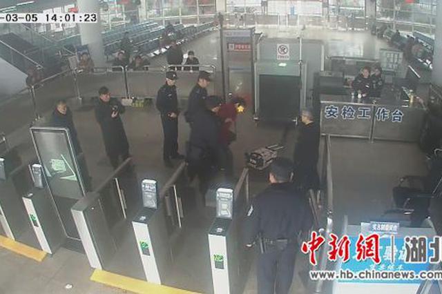 """醉酒男子大闹火车站 醒酒后连呼""""糊涂""""为时已晚"""