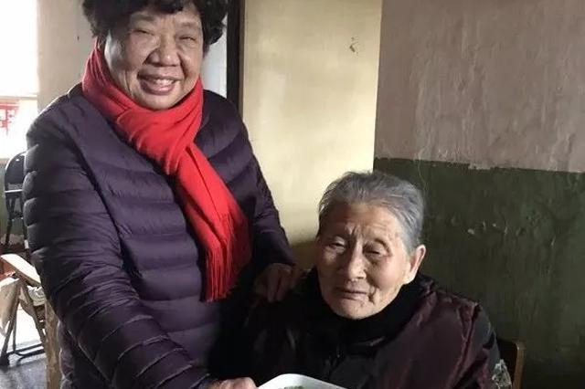 武汉女子每天给90岁邻居送饭:你为我带娃我给你养老