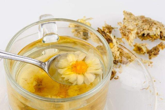 女生喝菊花茶后腹泻不止 专家:跟风喝花茶需分体质