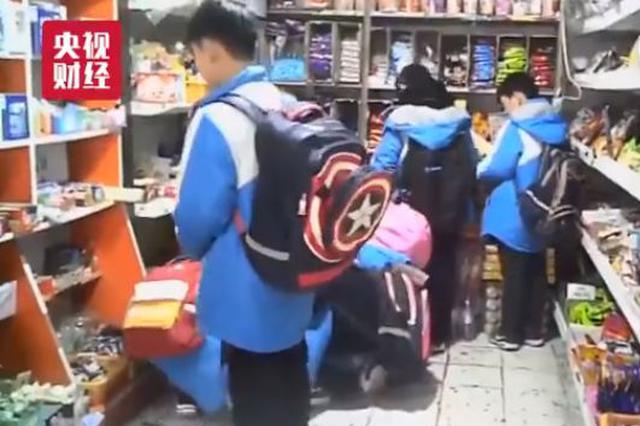 """315曝光学校周边卖""""五毛食品"""" 荆门:下架八百余袋"""