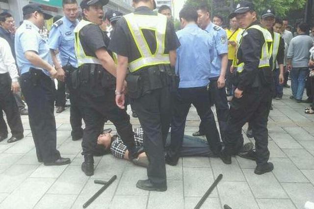 惯偷围观警方抓捕诈骗团伙行动 结果被民警抓个正着