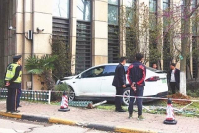 特斯拉失控撞上银行外墙女司机皮外伤 无路人受伤