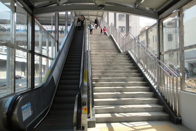 武汉地铁内惊人一幕:2岁幼童摔倒在手扶电梯