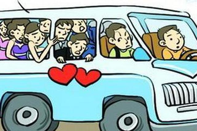 武汉一面包车核载9人塞25人 乘客求情司机被拘