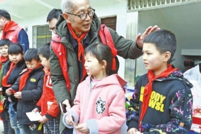 """78岁退休医生成最年长队员 """"公益超人""""资助5名学生"""