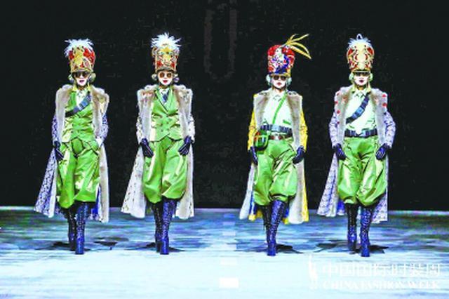 30位武汉大妈登中国国际时装周 踩25厘米高跟鞋走秀