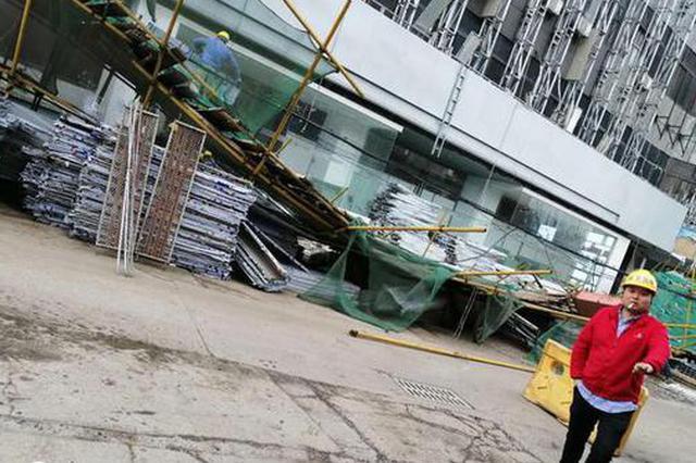 湖北一大厦施工脚手架突然垮塌 幸未造成人员伤亡