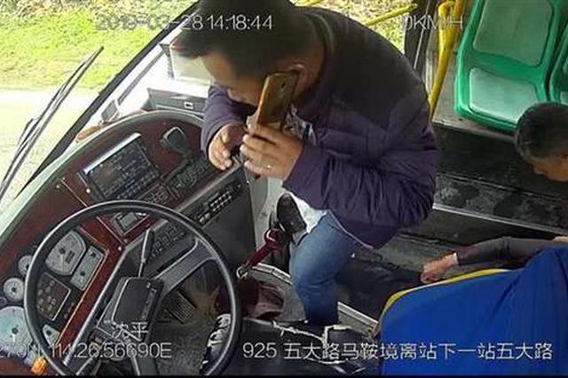 老人乘车突发中风摔倒在地 公交司机连奔三站送医
